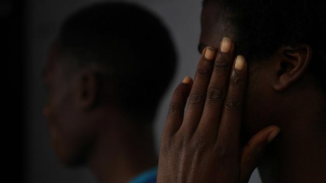 אסנדה (מכסה את פניו) ובקי, שנפגע גם כן בטקס החניכה (צילום: AP) (צילום: AP)