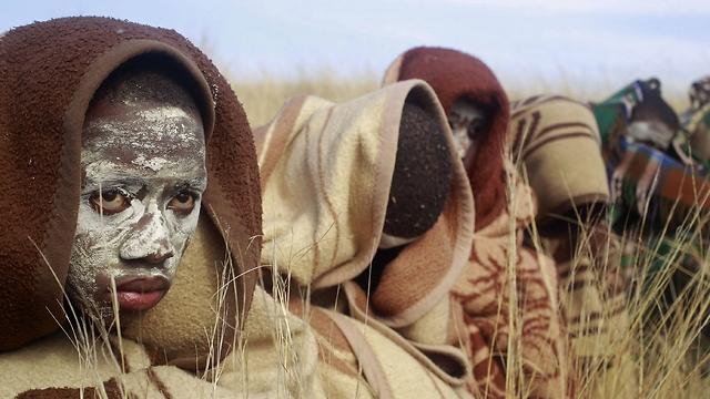 נערים משבט הקוסה לקראת טקס המעבר לגבריות (צילום: AP) (צילום: AP)