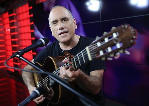 David Broza at the Ynet studio (Photo: Yaron Brener)