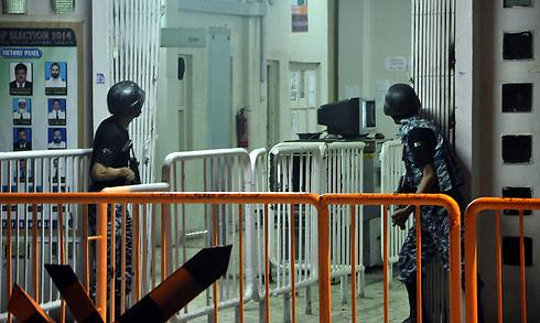 כוחות הביטחון מחפשים אחר החמושים (צילום: EPA) (צילום: EPA)