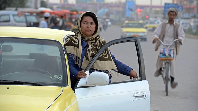 שרה בעבודה (צילום: AFP) (צילום: AFP)