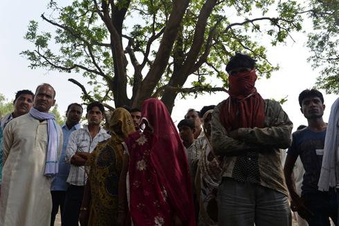 אמהות הנערות שנאנסו, נרצחו ונתלו על עץ מנגו (צילום: AFP) (צילום: AFP)