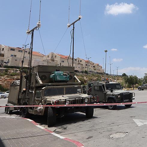 """כלי רכב צבאיים בחפ""""ק בקריית ארבע (צילום: גיל יוחנן) (צילום: גיל יוחנן)"""
