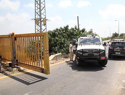 כוחות משטרה מחוץ ליישוב שבו התגורר אחד הנעדרים (צילום: מוטי קמחי) (צילום: מוטי קמחי)