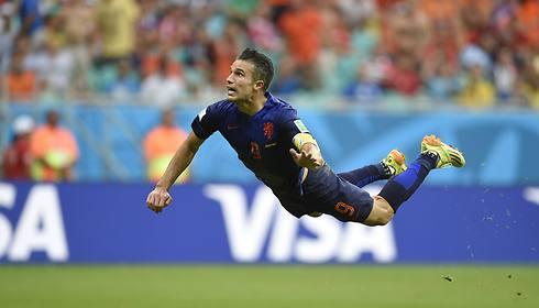 הזינוק המפורסם מול ספרד במונדיאל 2014 (צילום: AFP) (צילום: AFP)