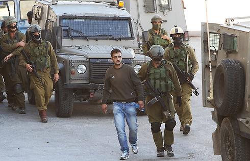 כוחות רבים בחברון מחפשים אחר הנערים (צילום: AFP) (צילום: AFP)