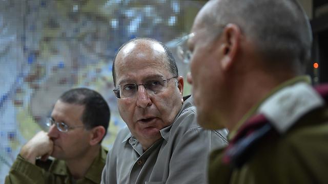 שר הביטחון יעלון בהערכת המצב (צילום: אריאל חרמוני, משרד הביטחון) (צילום: אריאל חרמוני, משרד הביטחון)