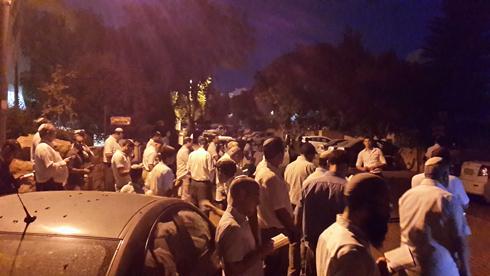 Maariv prayer on Saturday night outside the Frenkel family home in Nof Ayalon (Photo: Ahiya Raved)