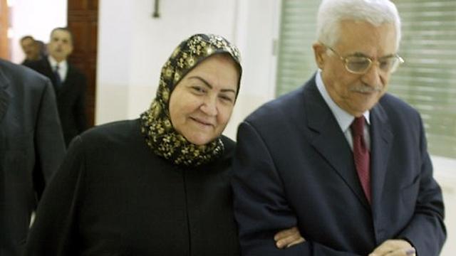 אבו מאזן ואשתו בצילום ארכיון (צילום: AFP)