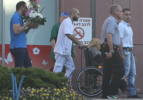 אום מאזן בצאתה מבית החולים, היום (צילום: ירון ברנר)