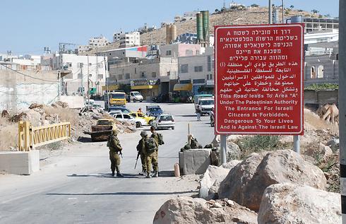 Monitoring entrance to Hebron (Photo: Barel Efraim)