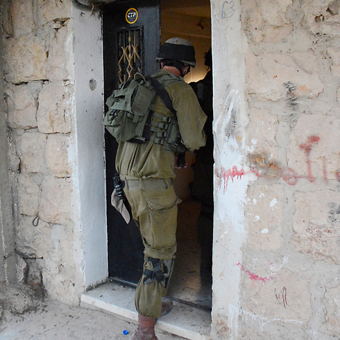 Nahal soldiers search Hebron for missing teens (Photo: IDF Spokesman)