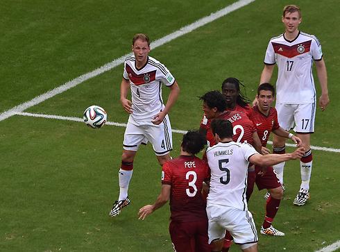 הומלס נוגח את השני של גרמניה (צילום: AFP) (צילום: AFP)