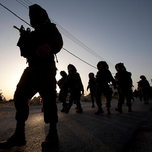 """כוחות צה""""ל בסריקות בחברון         (צילום: AP) (צילום: AP)"""