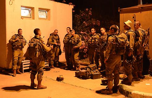 """חיילי גדוד שחם של הנח""""ל בתדרוך בשכם  (צילום: דובר צה""""ל) (צילום: דובר צה"""