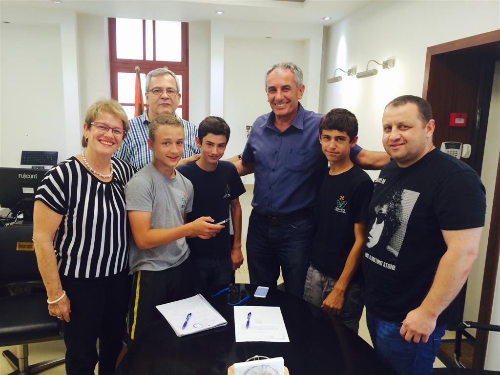 """התלמידים עם ראש עיריית כפר סבא, יהודה בן חמו. """"רצינו להקל על בעלי מוגבלויות"""" ()"""