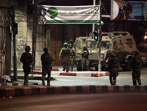 Overnight raid in Hebron (Photo: EPA)