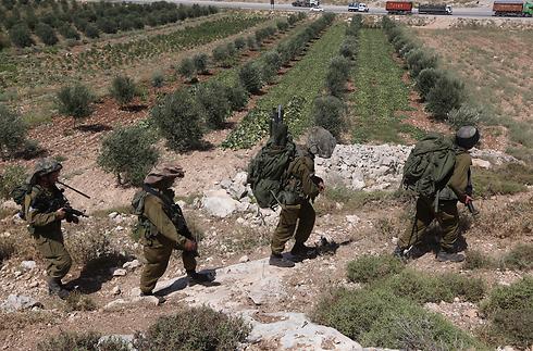 החיפושים אחר החטופים באזור חברון (צילום: גיל יוחנן) (צילום: גיל יוחנן)