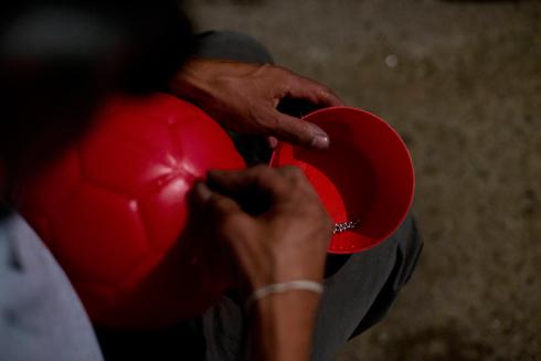 מצמידים מתכות לכדור (צילום: AP) (צילום: AP)