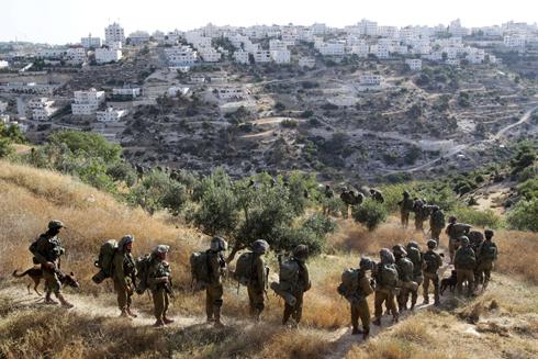 """כוחות צה""""ל ממשיכים בסריקות (צילום: AFP) (צילום: AFP)"""