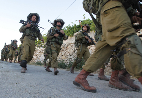 IDF troops search Hebron area (Photo: AFP)
