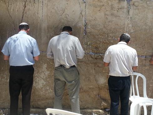 הורי החטופים בכותל (צילום: בראל אפרים) (צילום: בראל אפרים)