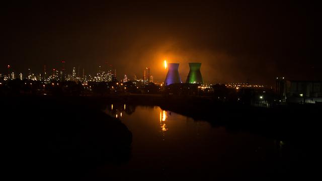 הלפיד הבוער אמש בבתי הזיקוק (צילום: קרן גלעד) (צילום: קרן גלעד)