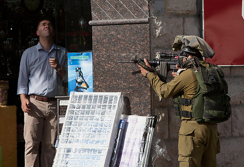 IDF soldiers searching for kidnapped teens in Hebron (Photo: AP)
