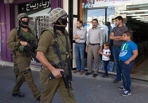 """חיילי צה""""ל בחברון (צילום: AP) (צילום: AP)"""