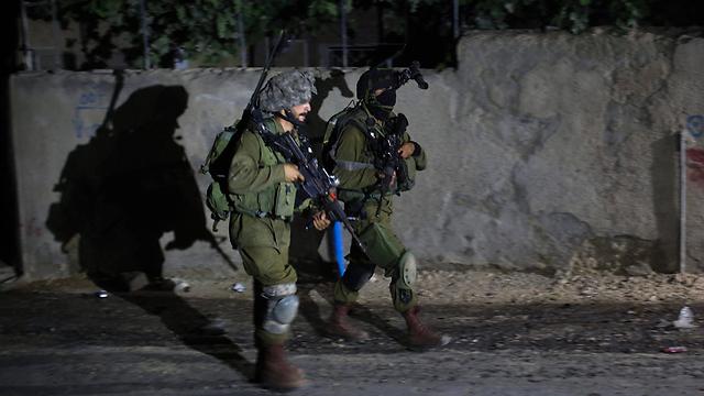 ממשיכים לעבור מבית לבית. רמאללה, הלילה (צילום: EPA) (צילום: EPA)