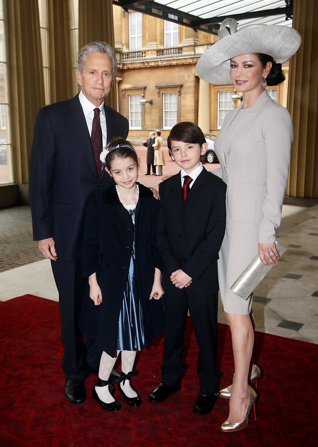 משפחה מושלמת. דגלאס, זיטה ג'ונס והילדים: מייקל דילן וקאריס זיטה (צילום: אימג'בנק - GettyImages)