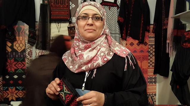 אחת הרוקמות הפלסטיניות שעובדות באייאם זמן ()