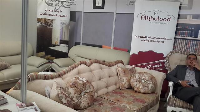 חמזה מרהיטי אלחולוד. מוכר גם רהיטים בסגנון מזרחי וגם רהיטים בסגנון מערבי ()