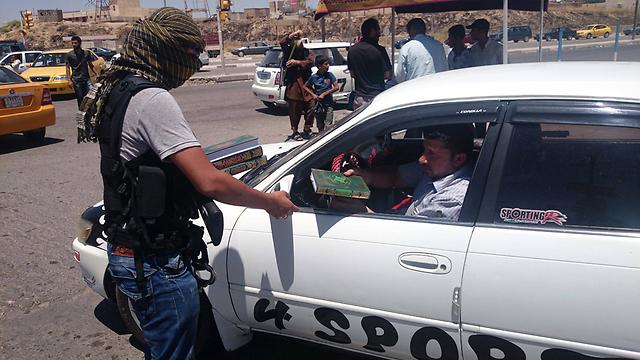 חמושים במוסול (צילום: AP) (צילום: AP)