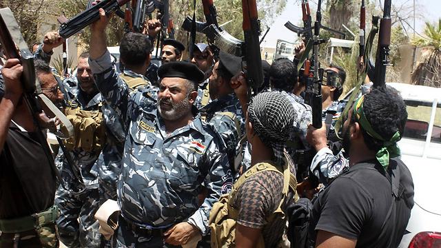 אנשי ביטחון עיראקים ומתנדבים מוכנים לקרב (צילום: רויטרס) (צילום: רויטרס)