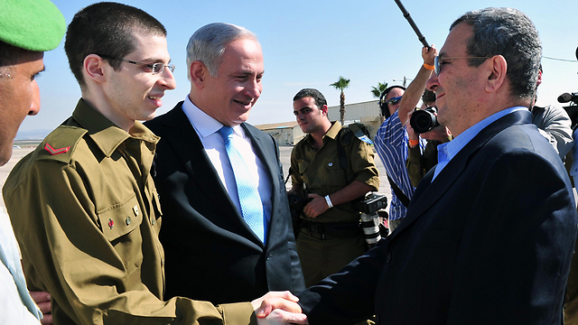 L to R: Gilad Shalit with PM Benjamin Netanyahu and Def. Min. Ehud Barak, upon his release from Hamas captivity (Photo: Ariel Hermoni, Defense Ministry)