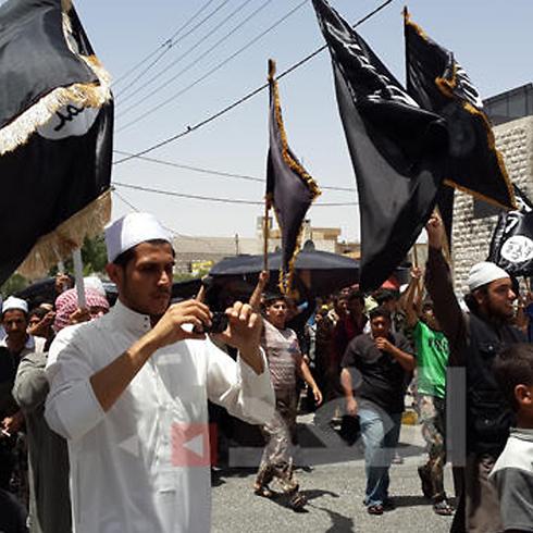 הפגנה של סלפים במעאן עם דגלי דאעש