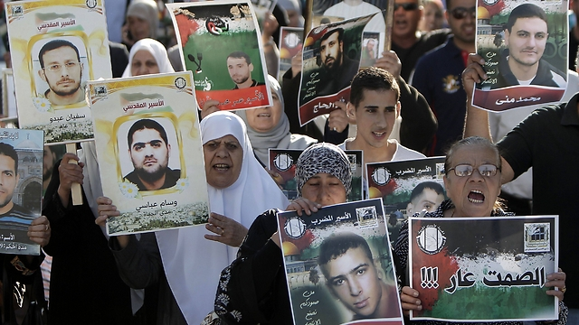 Protestors call for the release of hunger striking Palestinians in Israeli jails. (Photo: AFP) (Photo: AFP)