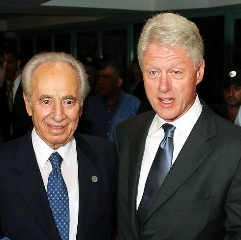 קלינטון ופרס ב-2003 (צילום: gettyimages) (צילום: gettyimages)