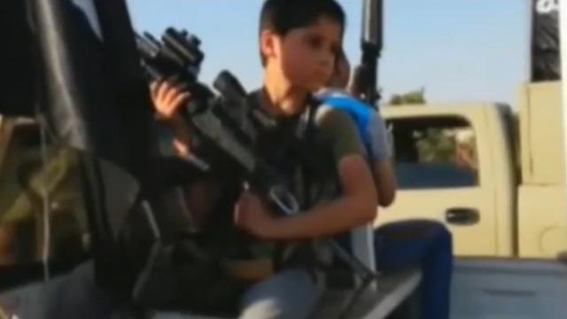 ילד בשיירה של דאעש במוסול ()
