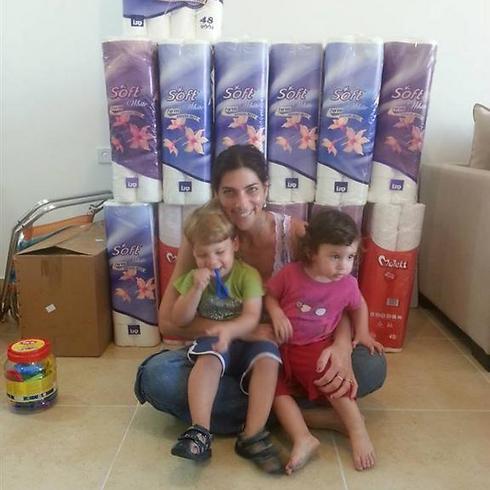 אפרת והילדים. הביאו מישראל כמויות אינסופיות של ניירות טואלט ( )