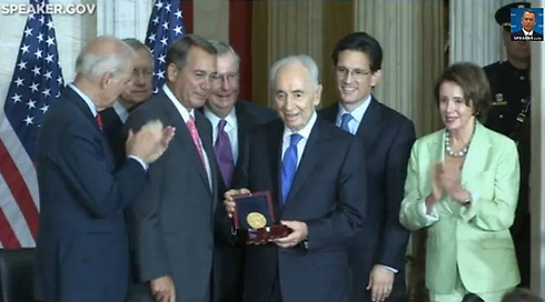 Peres receiving the Congressional Gold Medal.