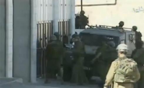 מתוך תיעוד הפשיטה על בית החשוד ()