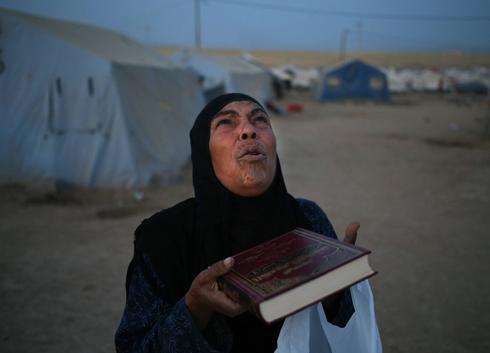 מקווים לעזרה משמיים. עיראקית שברחה מהעיר מוסול (צילום: AP) (צילום: AP)