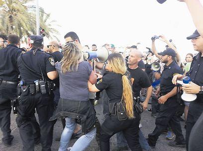 כוח בלתי סביר. ההפגנה בשד' ההסתדרות ( צילום: עליזה ברקן)