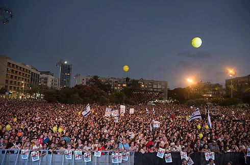 """משתתפי העצרת, הערב. """"נושבת פה רוח של יחד""""  (צילום: רויטרס) (צילום: רויטרס)"""