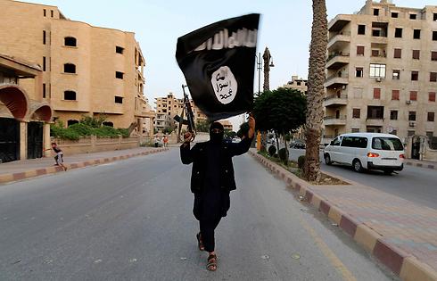 חוגגים את ההכרזה על הקמת חליפות איסלאמית בעיר רקה בסוריה (צילום: רויטרס) (צילום: רויטרס)