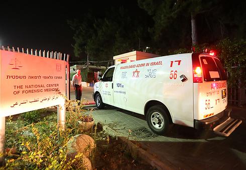גופות החטופים מובלות למכון לרפואה משפטית, הערב (צילום: ירון ברנר)