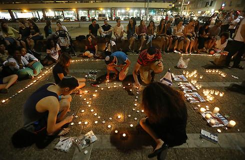 בני נוער מדליקים נרות זיכרון בכיכר רבין (צילום: ירון ברנר)
