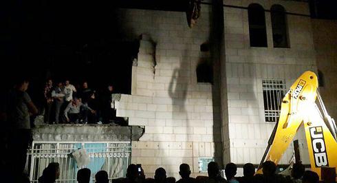 הריסות בבית אחד המחבלים, הלילה (צילום: אליאור לוי)